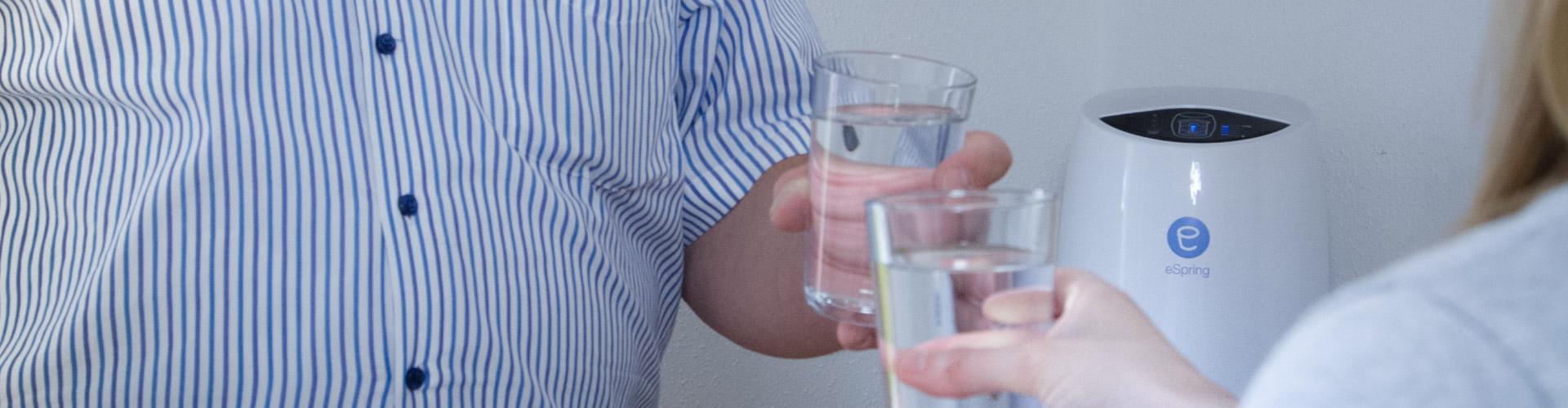 Jürgen Viesel trinkt aus einem Glas gesundes Trinkwasser